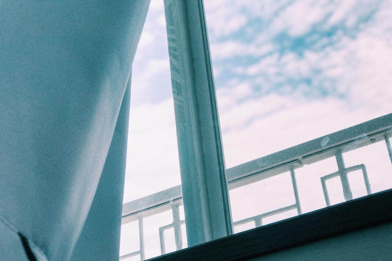 色味をカーペットやカーテンに合わせると自然