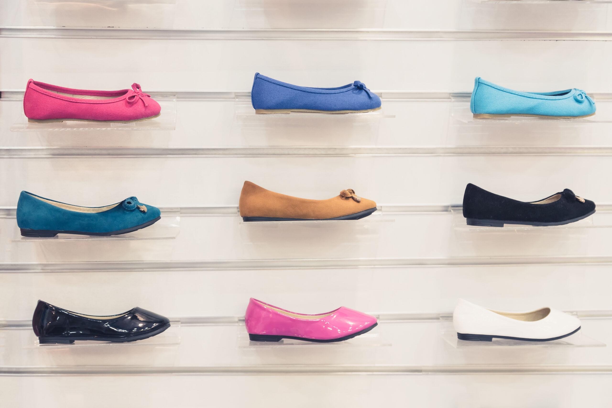 ②やわらかい靴底のフラットシューズを選んでしまう