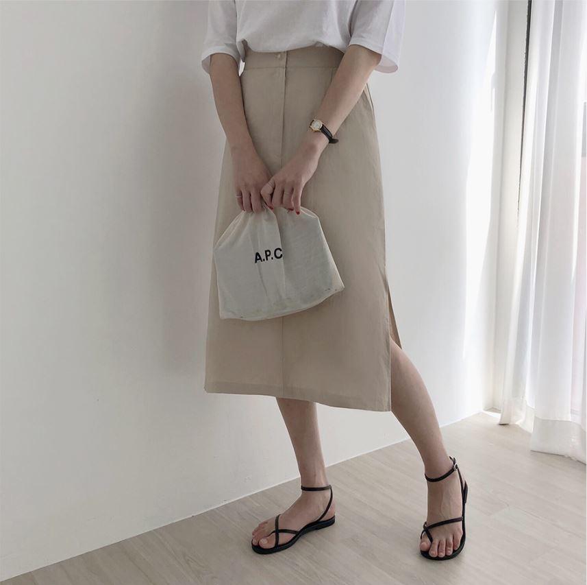 バッグを前に持っている女性の下半身