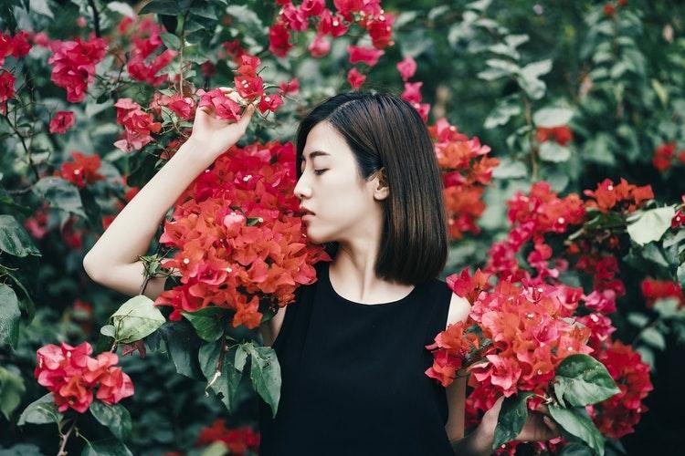 花に囲まれている女性
