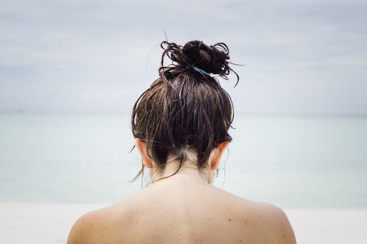 (4)霧吹きで髪の毛を湿らす