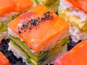 スモークサーモンとアボカドの押し寿司