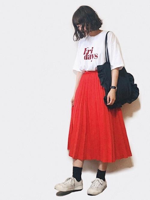 真っ赤なスカートでドラマティックに