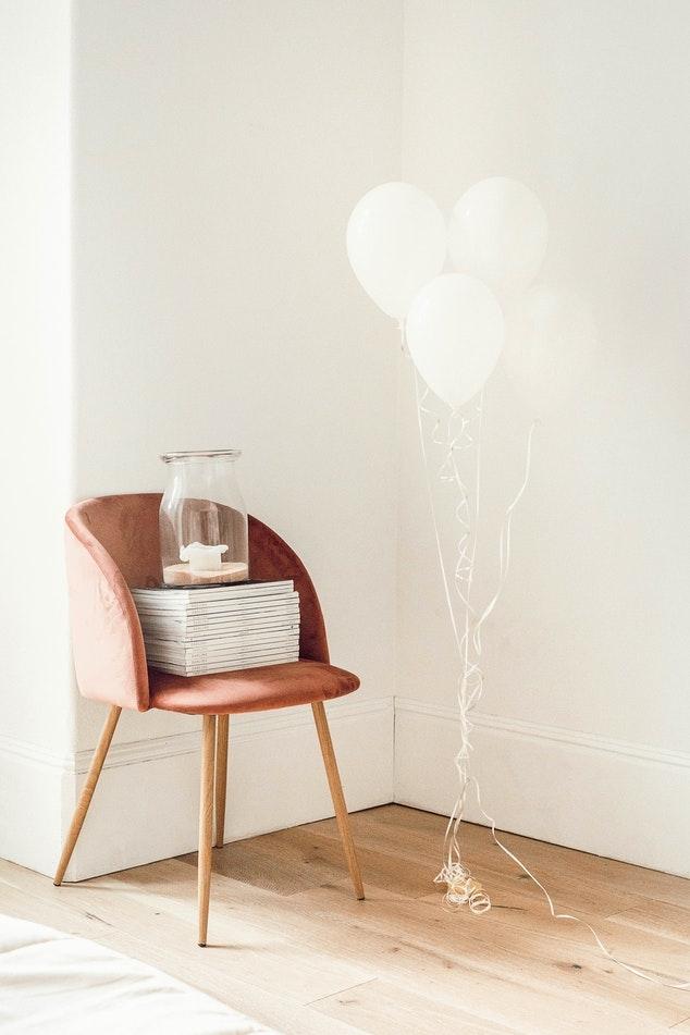 Idea 3. おしゃれな椅子に積み上げて置く