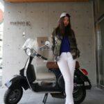 バイクにもたれかかる女性