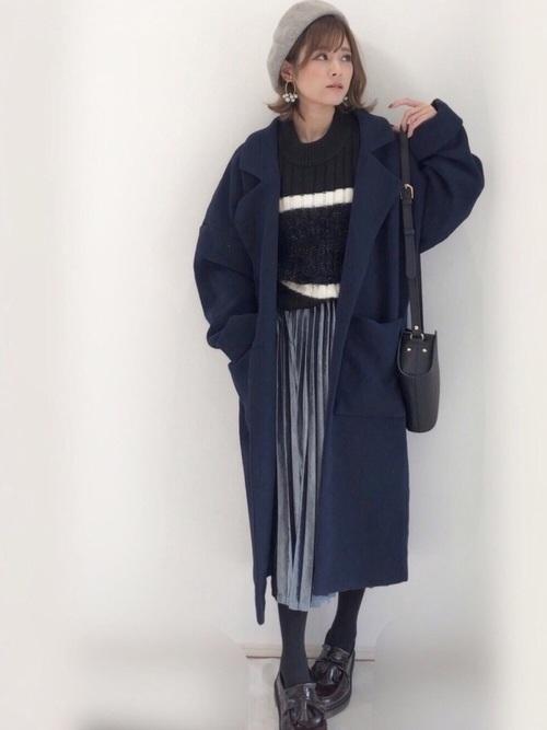 4)同系色でまとめたロングスカート×ネイビーチェスターコート