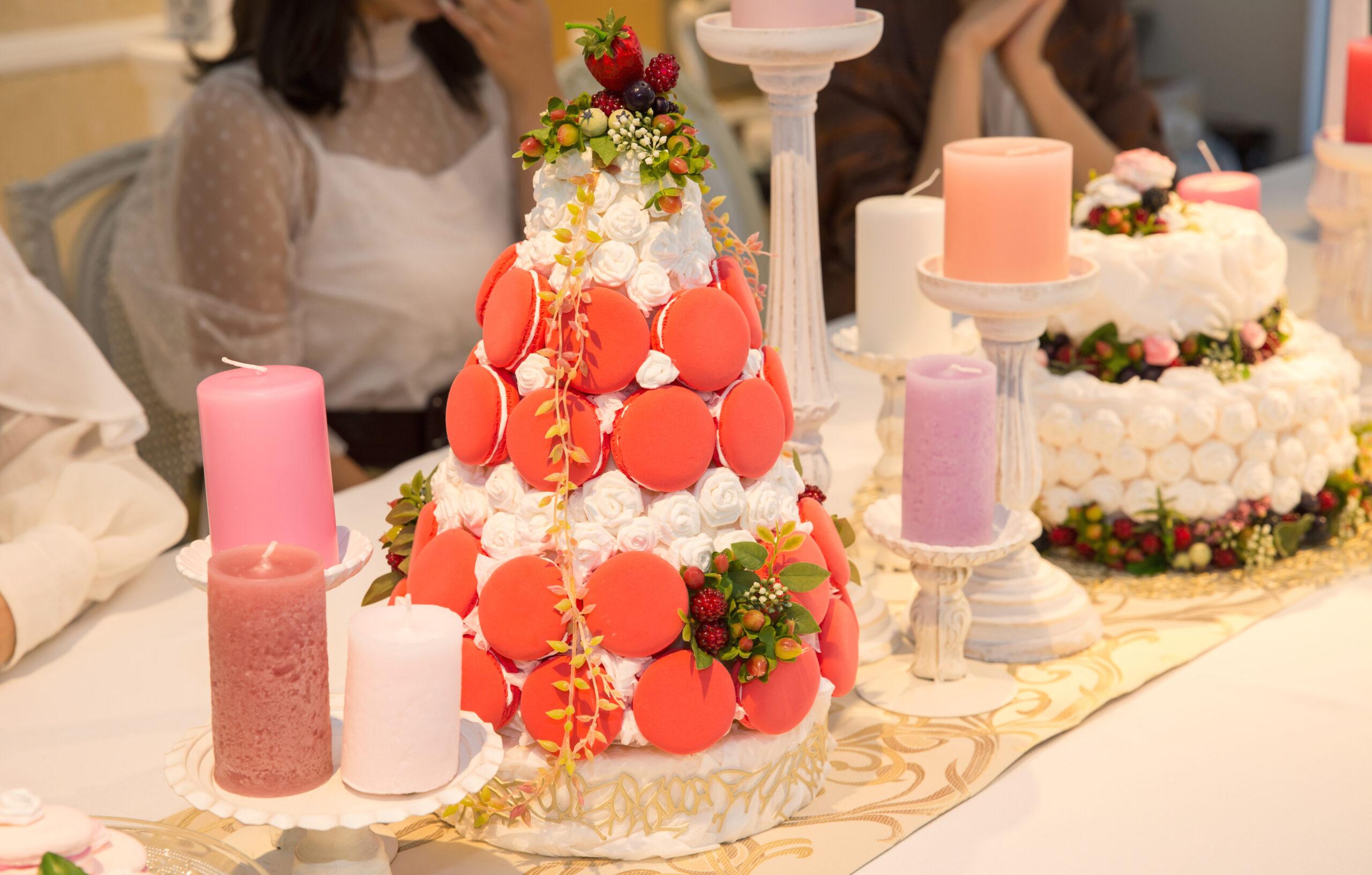 テーブルのおいしそうなケーキの正体は◯◯