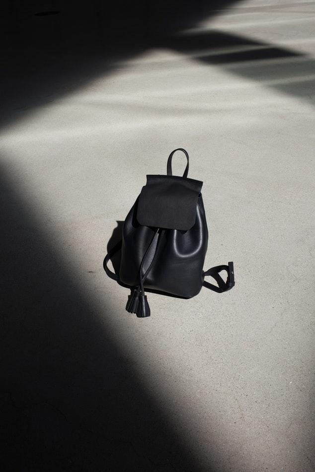 その2:歩道側にバッグを持つ
