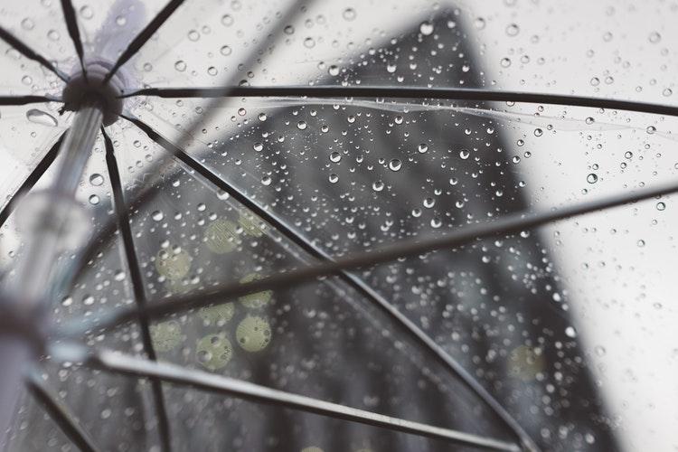 街はビニール傘で溢れる