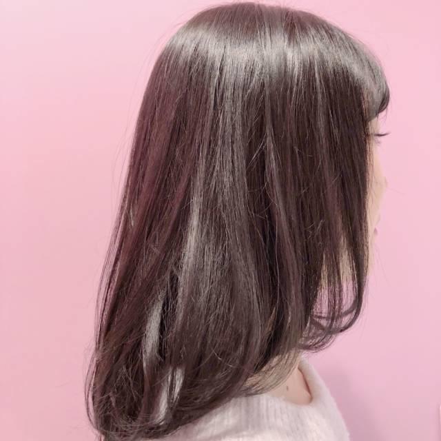 ②サラッと流れる髪の毛で素の美しさを見せて