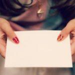 手紙を持つ女性の手