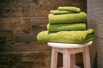 太ももの間にタオルを挟む