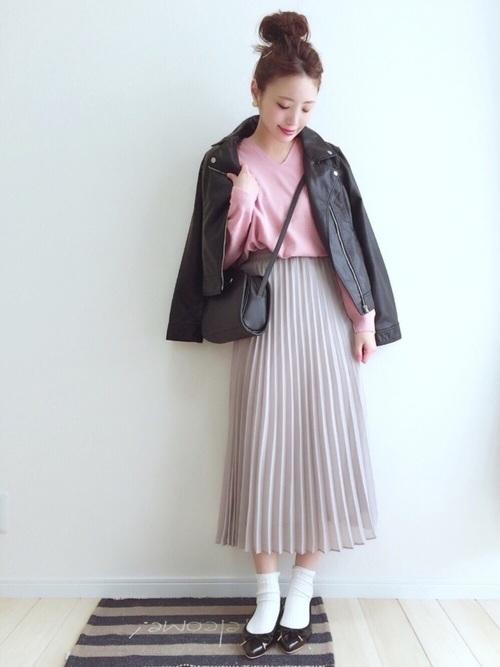 1)甘辛で可愛い黒ライダース×プリーツスカート