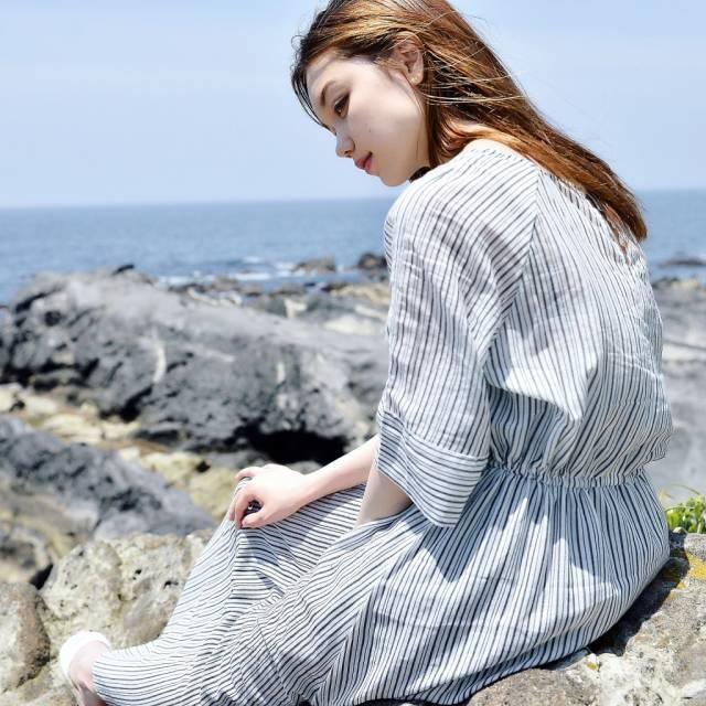 海辺に座っている女性