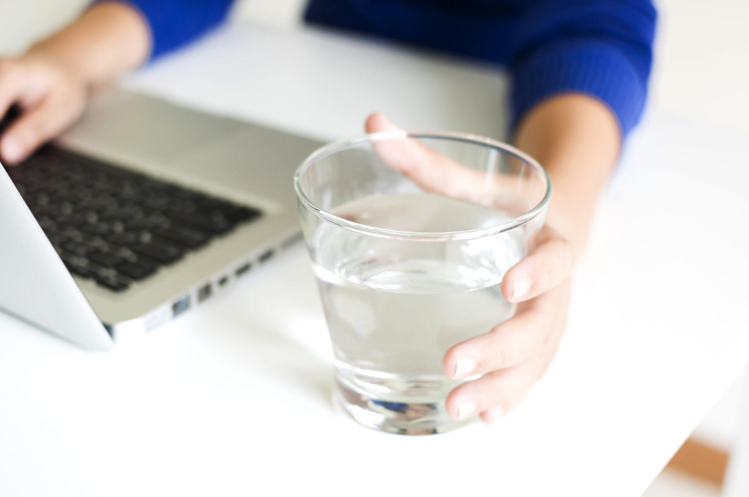 A,1日1〜1.5Lほどの水をこまめに摂取