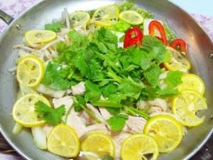 スープが自慢☆エスニック風鶏鍋