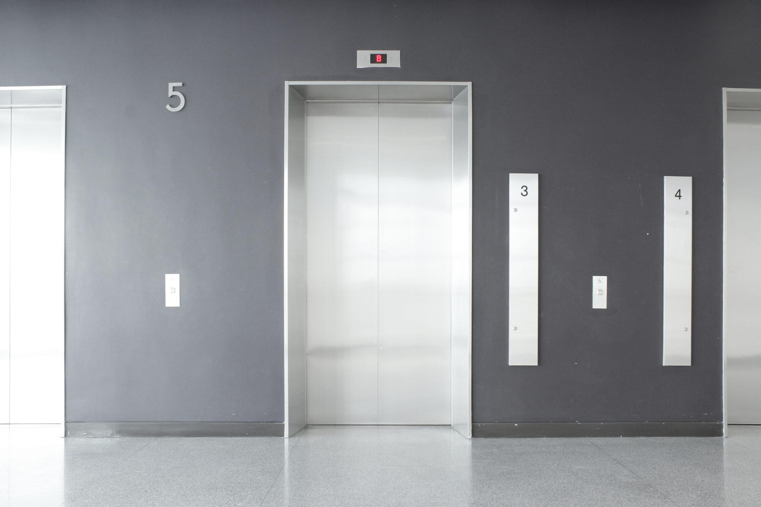 エレベーターは開けてあげる
