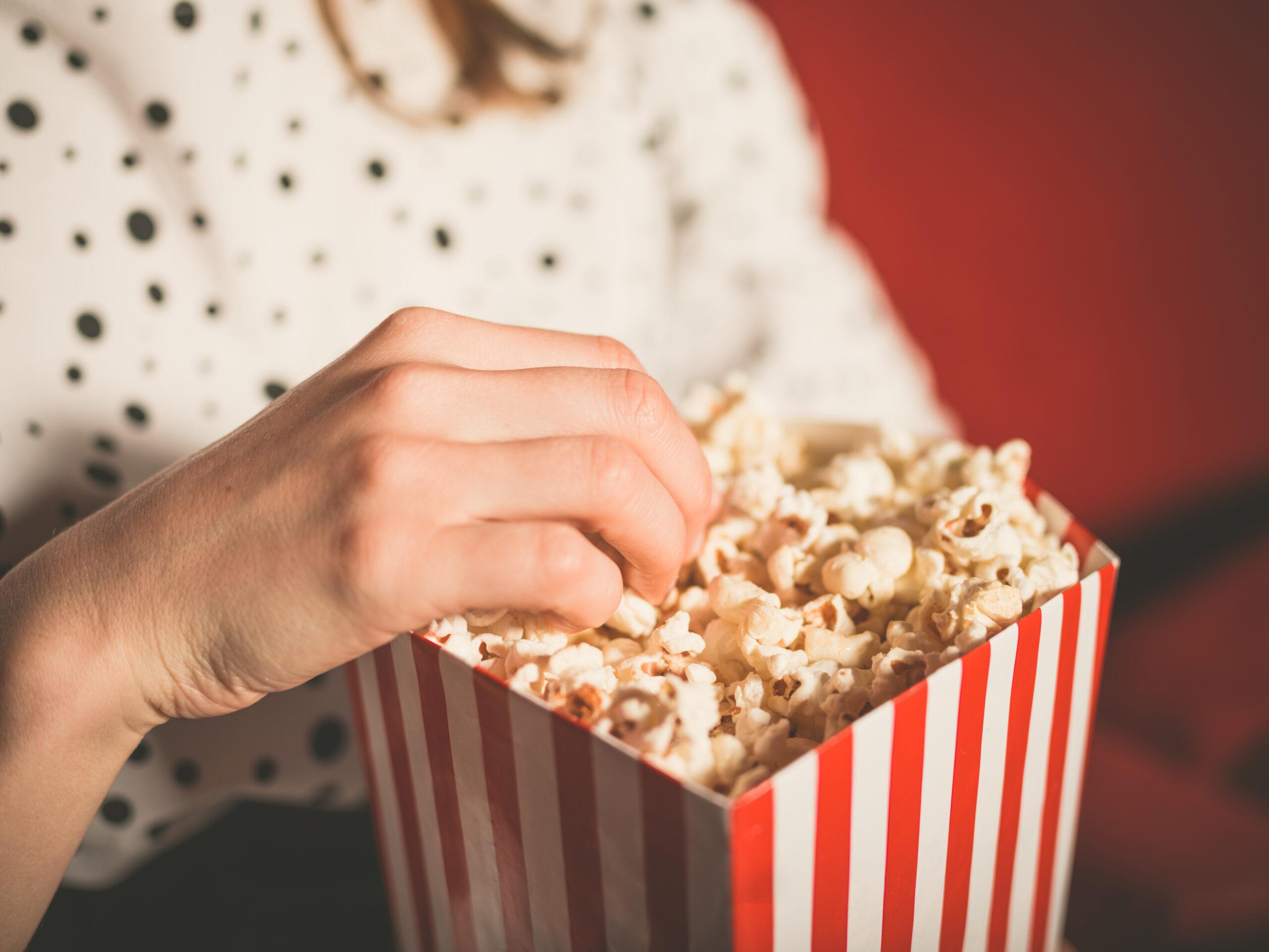 1. 2人で映画を観る