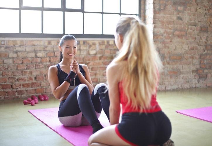 ヨガマットの上でトレーニングする女性