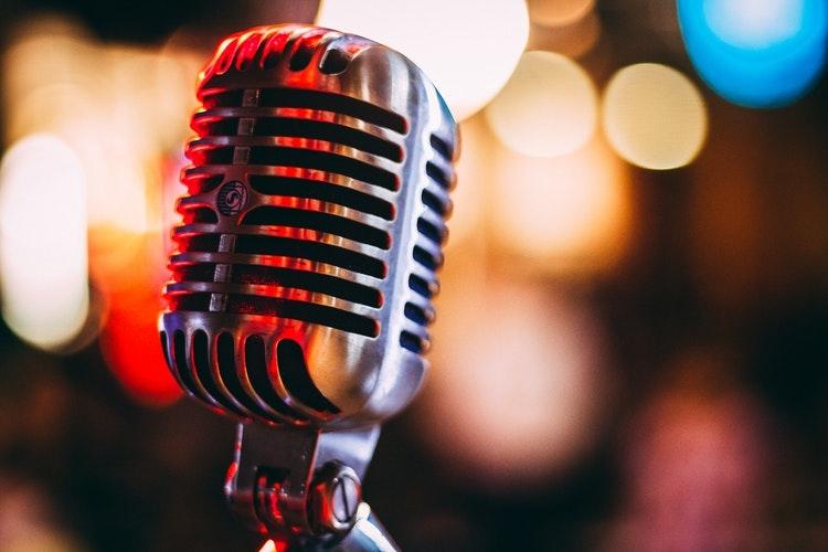カラオケで、推しの歌を全力で歌う!