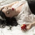雪のように白い肌と血のように赤い唇。透明感と色気が融合した「白雪姫メイク」