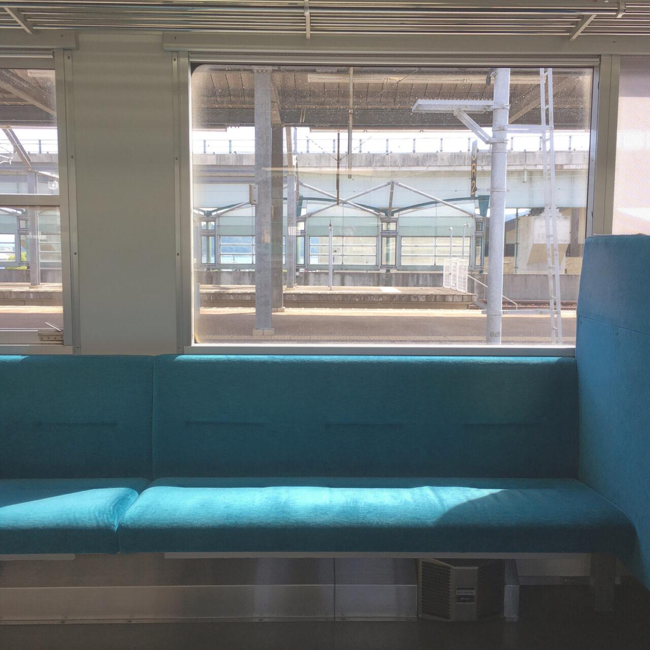 電車の中でやりがちな人の肩でスヤスヤ。【ミッション】自分のエリア内で睡眠せよ
