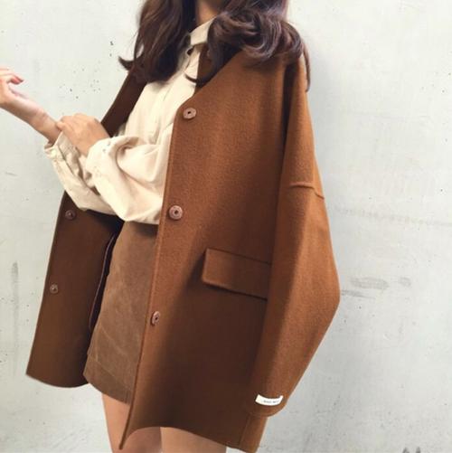 ジャケットを肩掛けしている女性