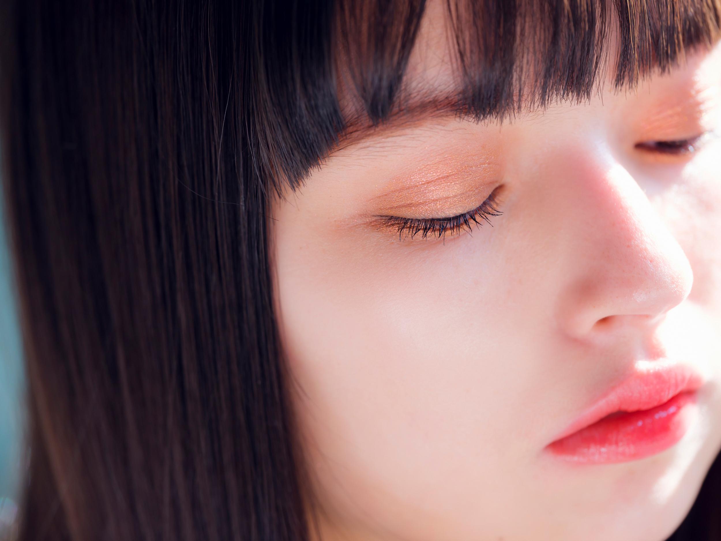 Eye & Skin:ハイライトのツヤ感とチークレスで大人顔