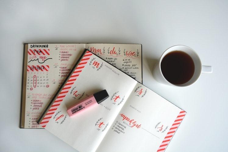 手帳やノートが広がっている写真