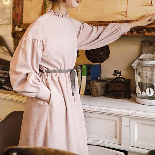 キッチンで手を出している女性
