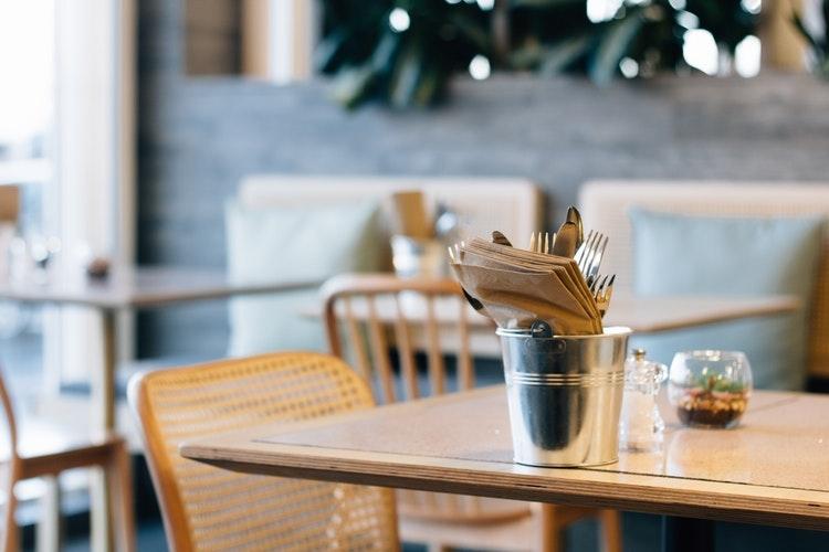 表は華やかな「レストラン・カフェ」バイト