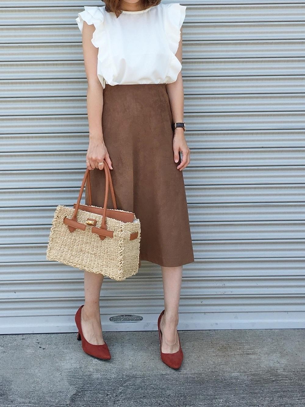 白ブラウス×スウェード風スカート