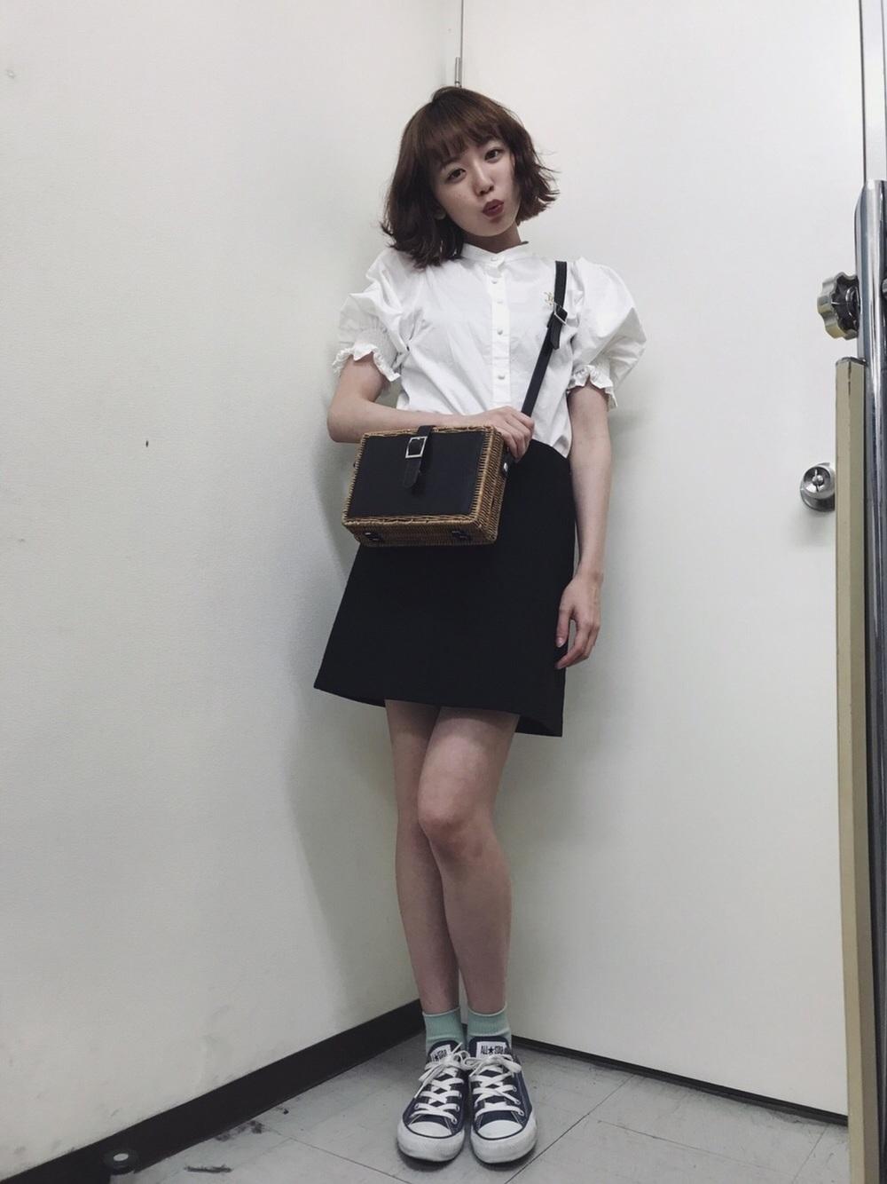 白ブラウス×ミニスカート