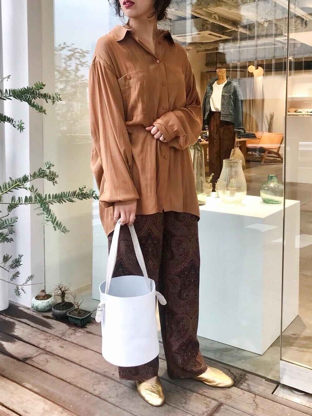 サテンシャツ×同系色パンツ