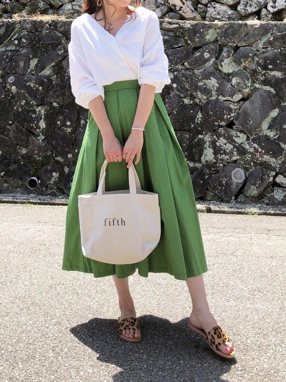 白ブラウス×カラースカート