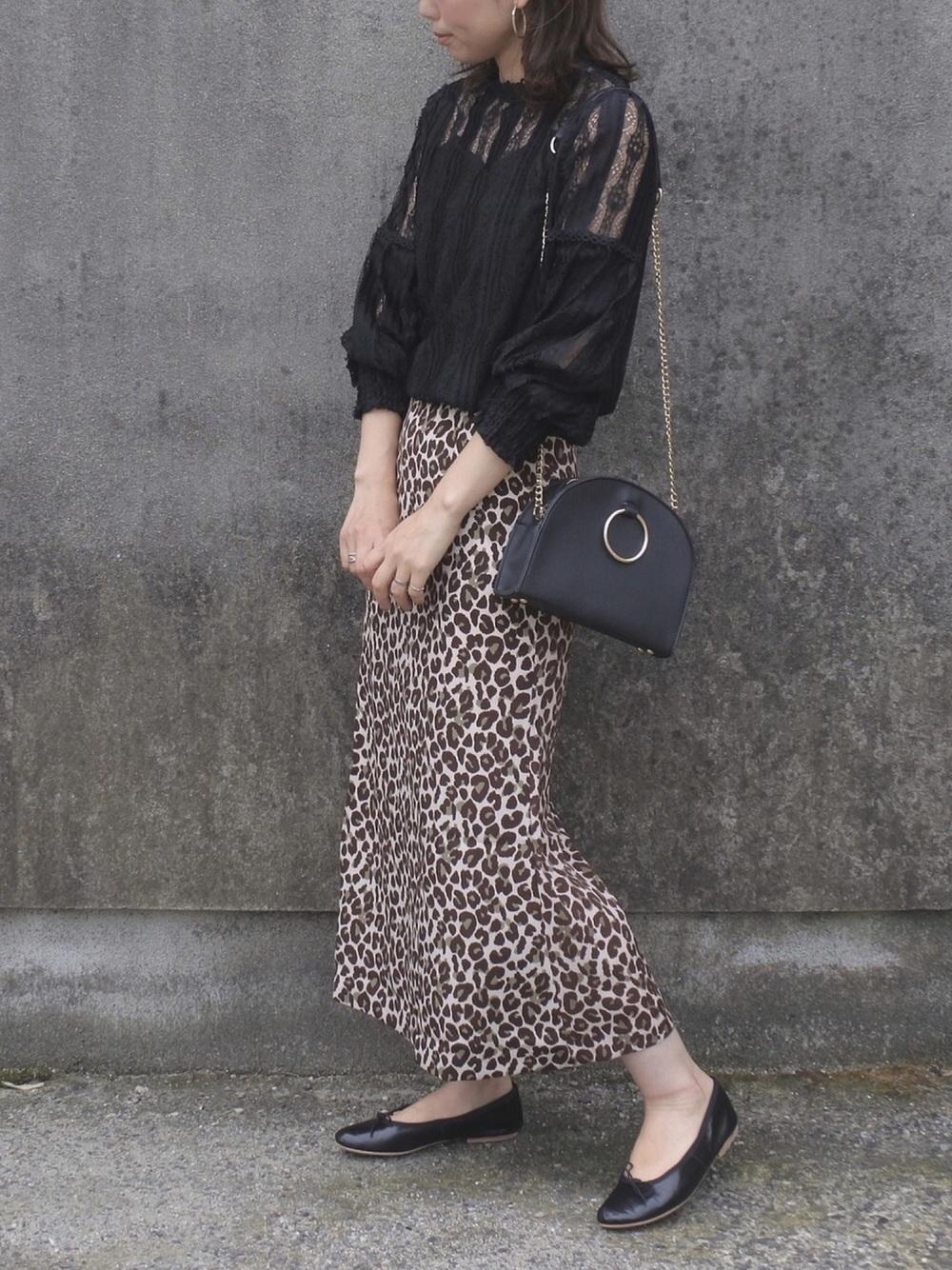 黒ブラウス×レオパード柄スカート