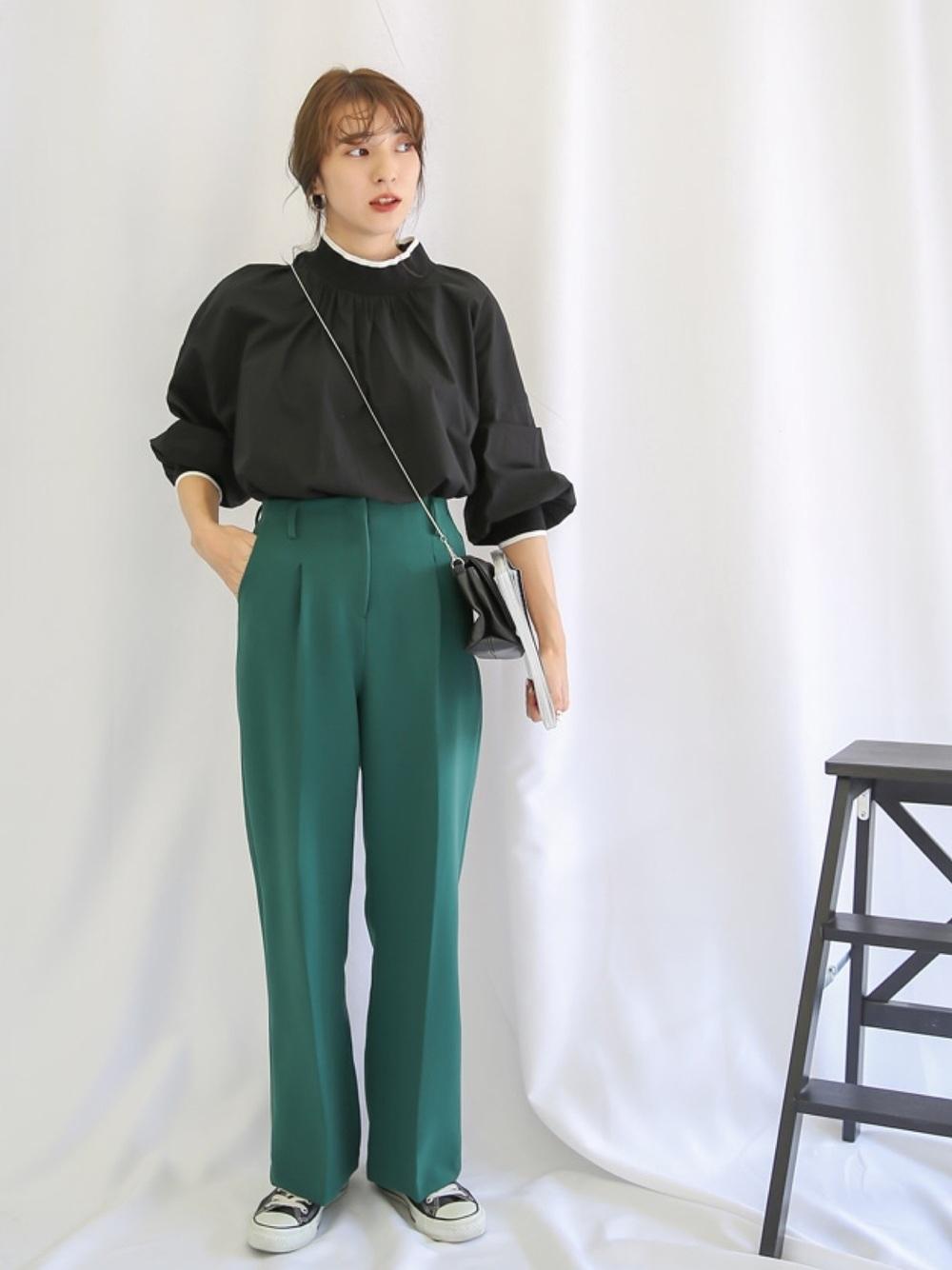 黒ブラウス×緑パンツ