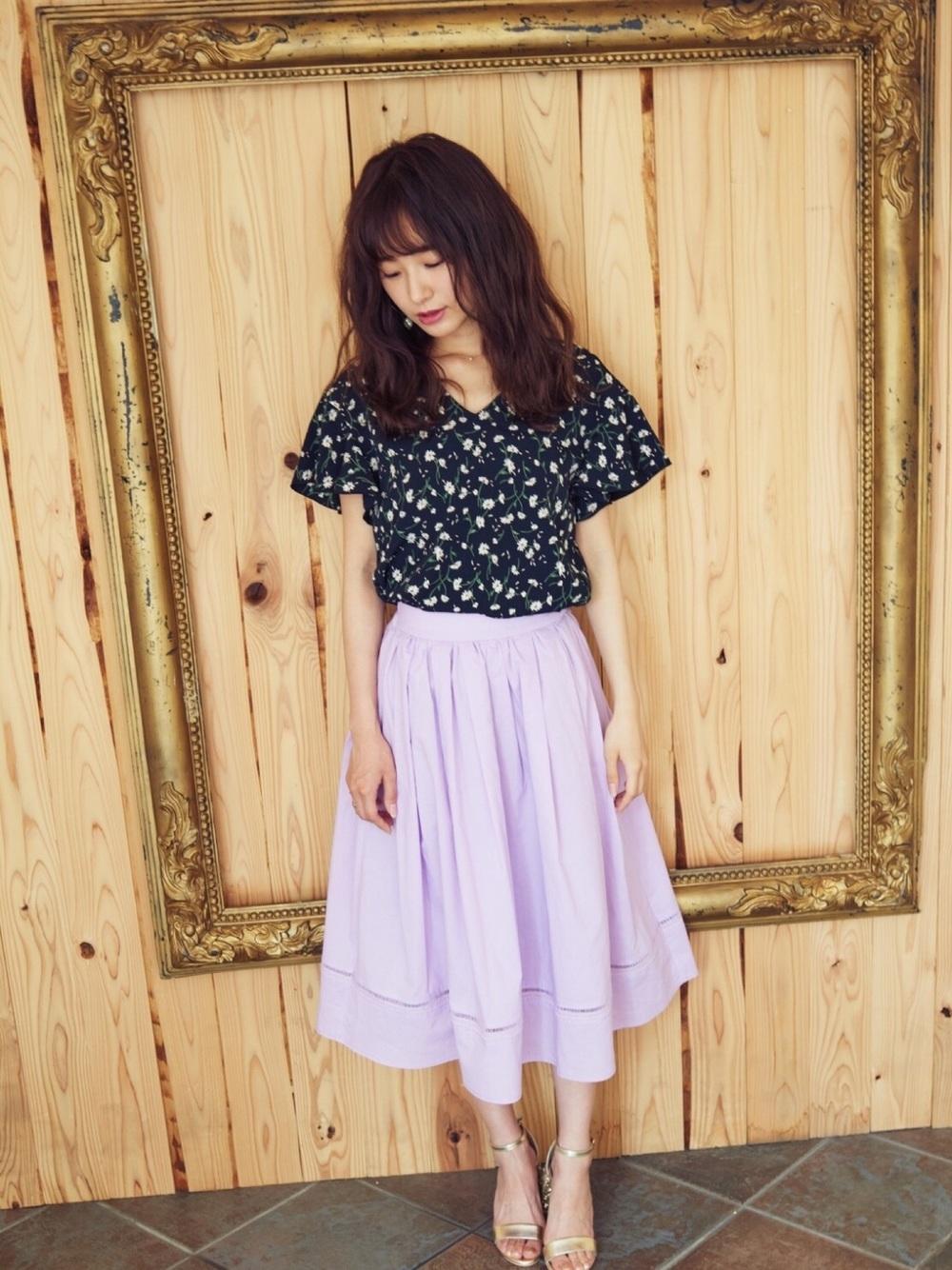 花柄黒ブラウス×紫スカート