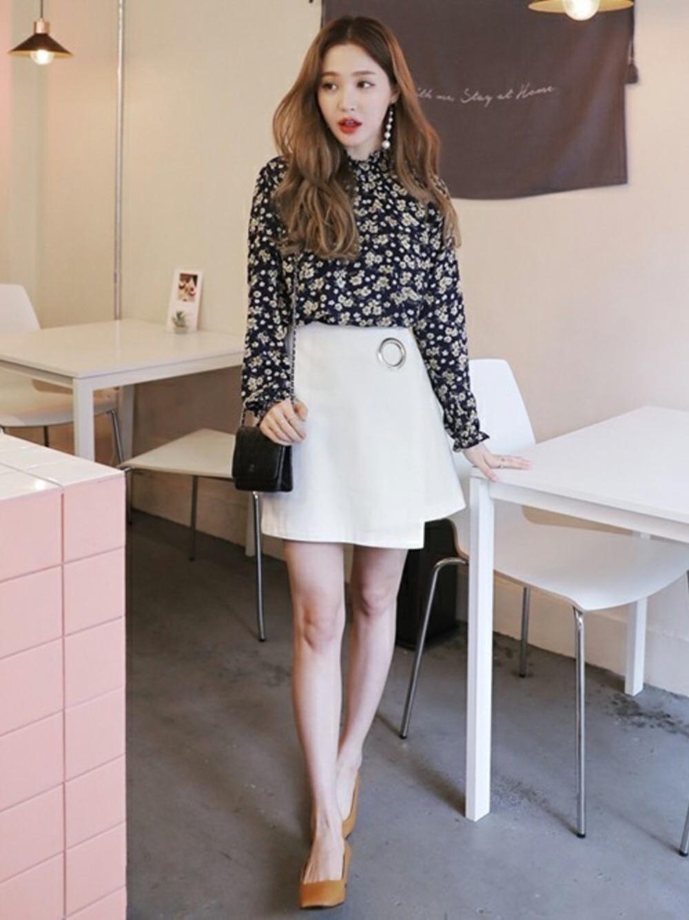 花柄ネイビーブラウス×白スカート