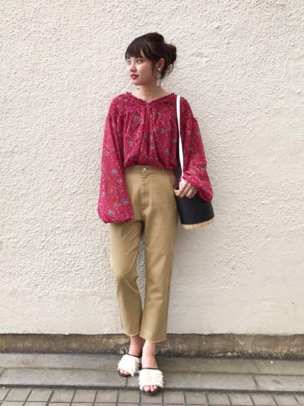 花柄赤ブラウス×ベージュパンツ