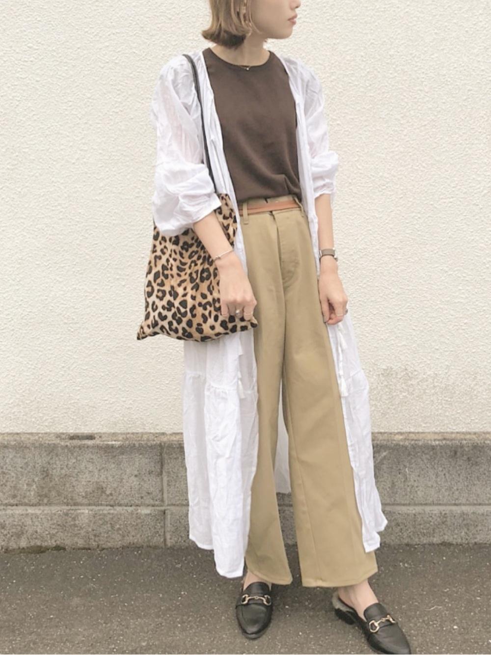 茶色Tシャツ×ベージュワイドパンツ