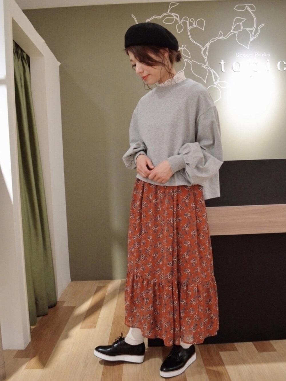 華やかなライトグレーTシャツ×ブラウンスカート