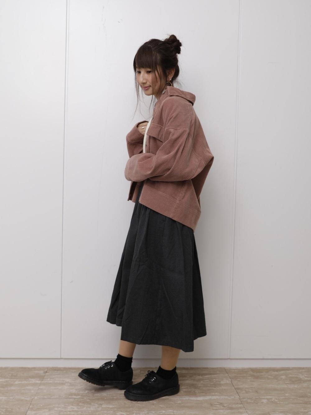 アンニュイな雰囲気のダークグレースカート×ピンクブルゾン