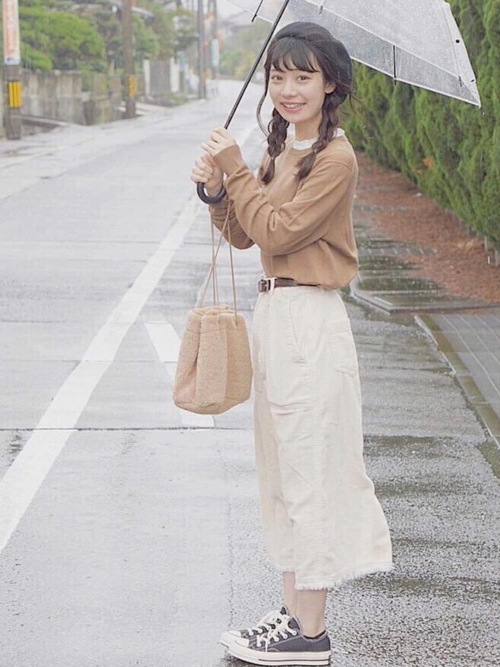 白コーデュロイスカート×ブラウンニット