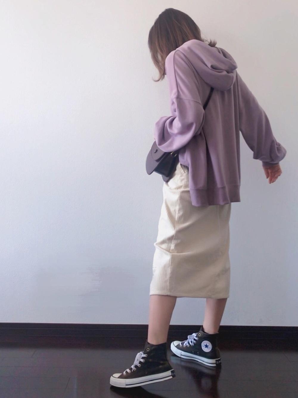 白ひざ丈スカート×パープルパーカー