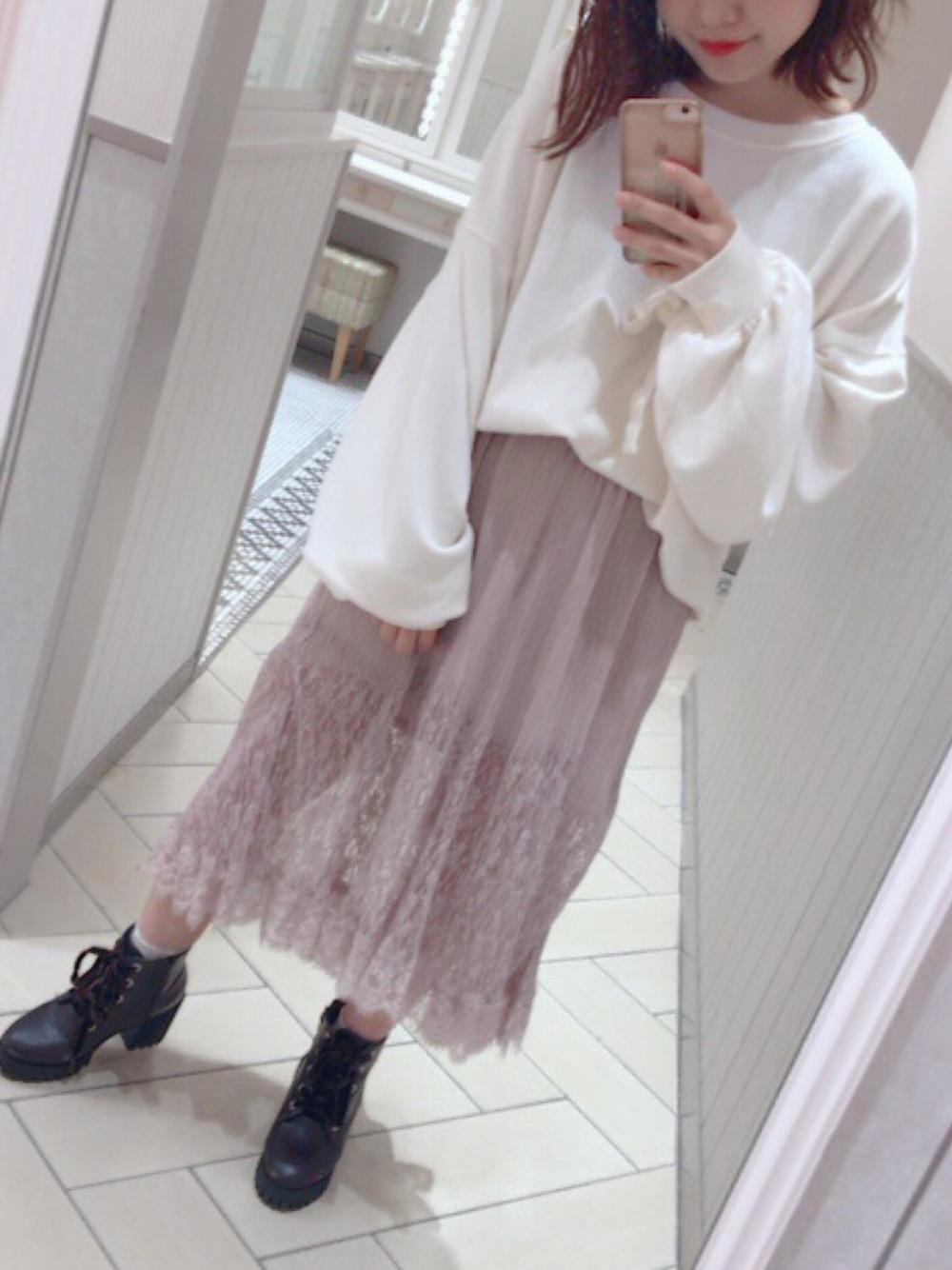 白スウェット×ピンクレーススカート