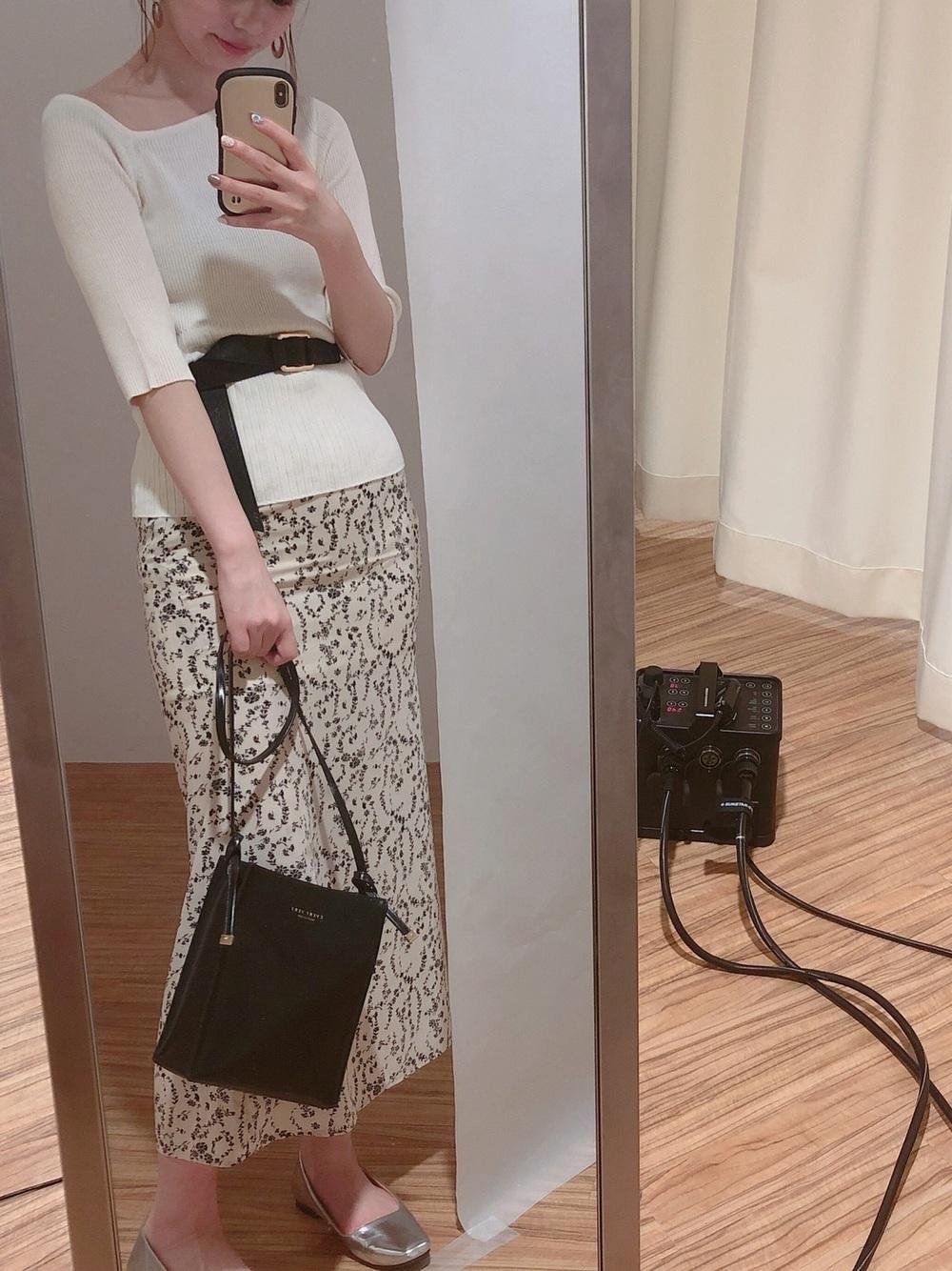 白ネックプルオーバー×柄フレアスカート