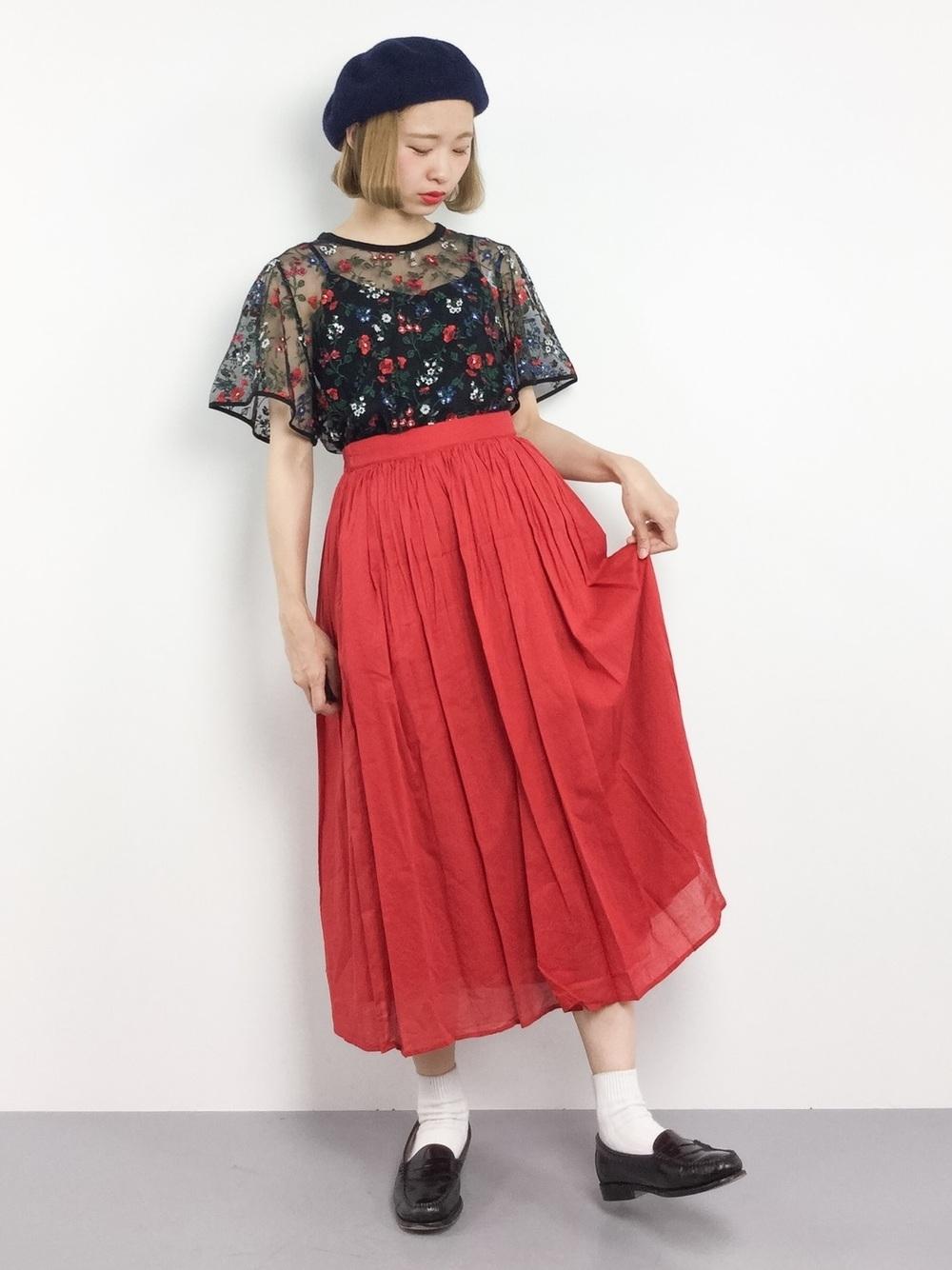赤スカートに視線を集めて肌見せをヘルシーに