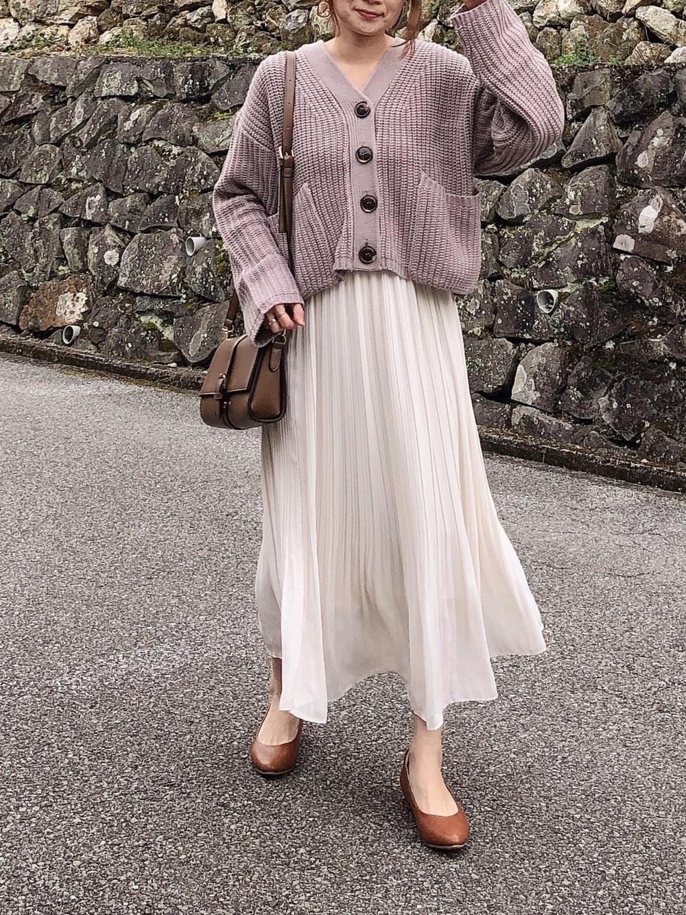白プリーツスカート×ピンクカーディガン