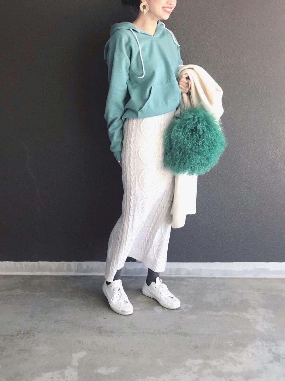 白ケーブルロングスカート×グリーンパーカー